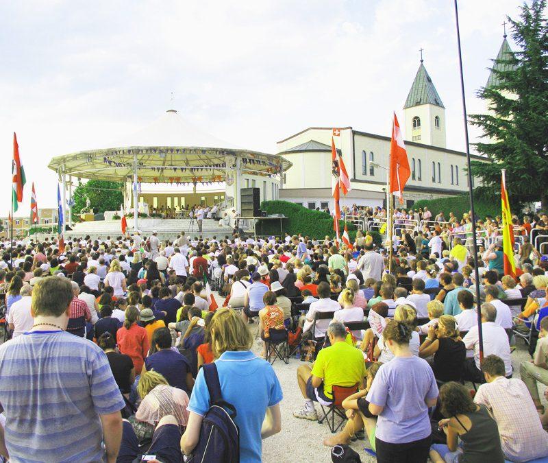 2002年主教到訪黙主哥耶